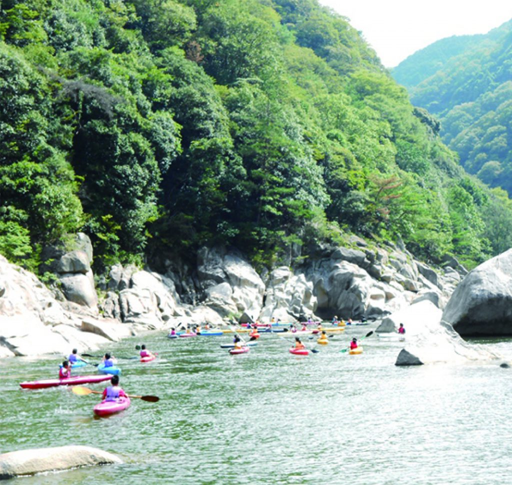 Kizugawa canoeing experience in  Kasagi Town, where the first canoes were made in Japan. (Classes for all levels)